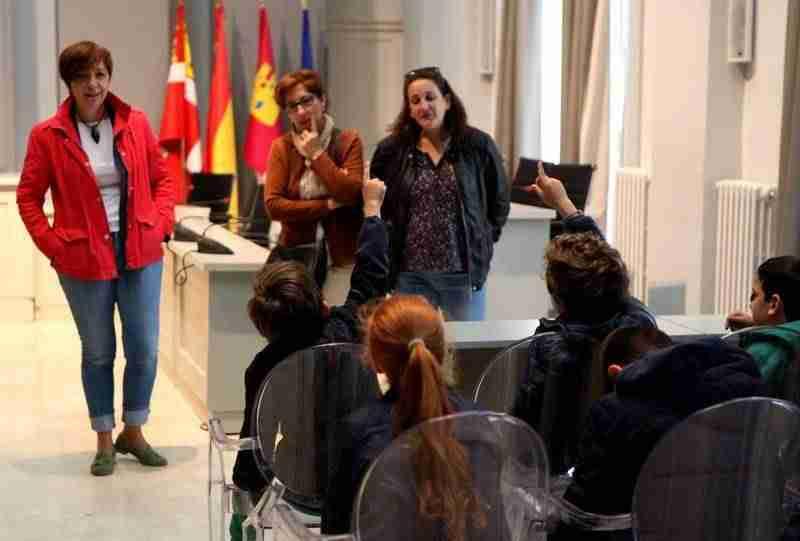 Alumnos del colegio Gloria Fuertes visitan el Ayuntamiento para conocer su funcionamiento 1