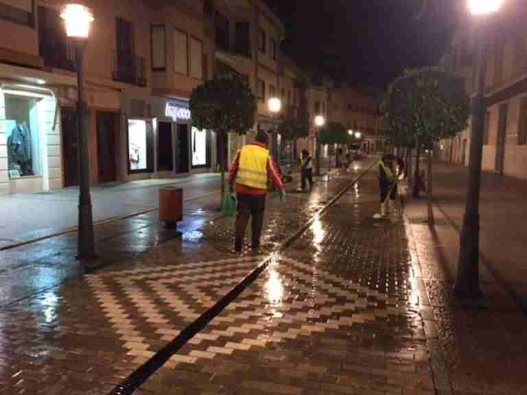 Se está llevando a cabo en la calle Emilio Castelar un tratamiento antideslizante en la zona del adoquín de mármol