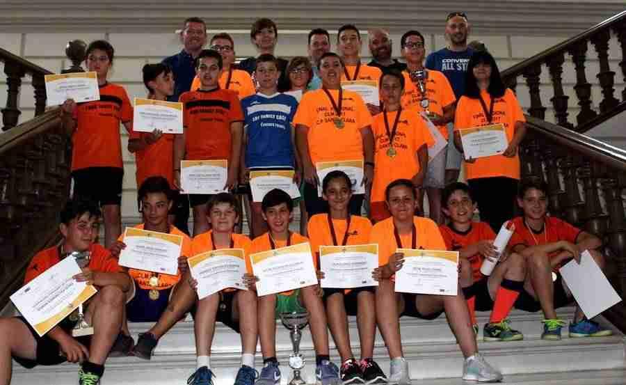 colegiosantaclara futbol2 - Los alevines de fútbol sala y baloncesto del colegio Santa Clara reciben un reconocimiento a su labor deportiva