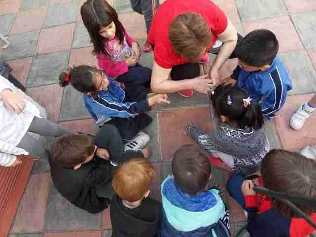 jugando a las canicas - Aprendiendo juegos populares en el Centro de Mayores de Alcázar