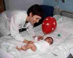 lanzamiento de besos 1 300x241 - El Hospital Mancha Centro se suma a la campaña de 'lanzamiento de besos'