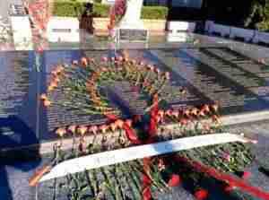 ofrenda florarl iu alcazar 300x223 - Izquierda Unida Alcázar: Ofrenda floral y manifestación en el 1 de Mayo