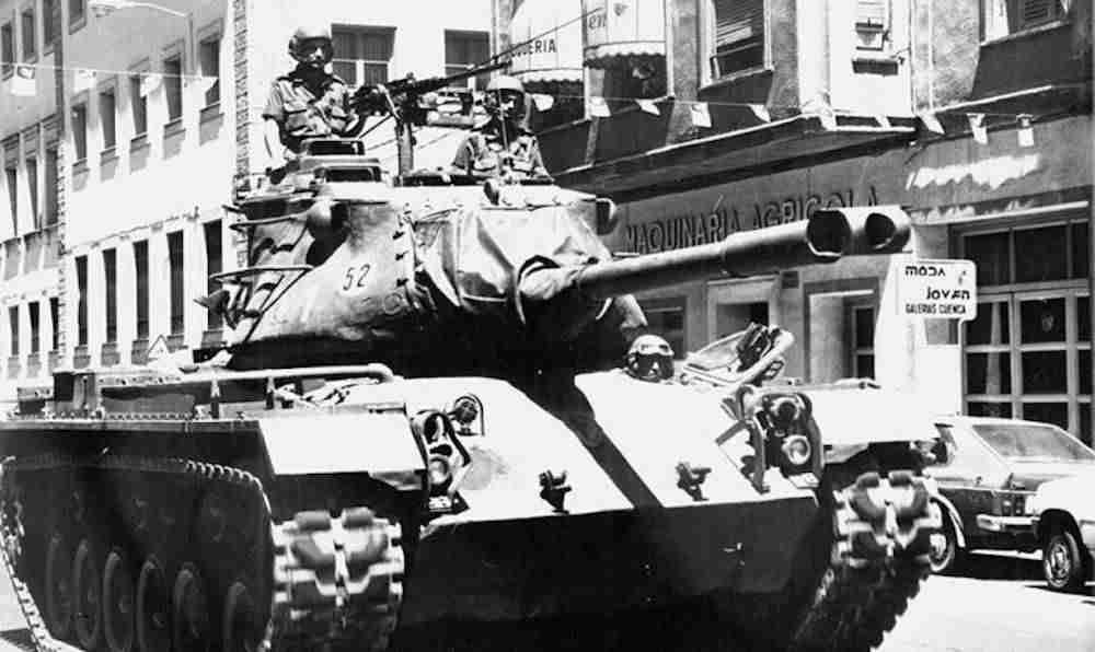 Tanque desfilando por las calles de Cuenca el 31 de mayo de 1986. / Luis Lapeña. Foto Cadena Ser