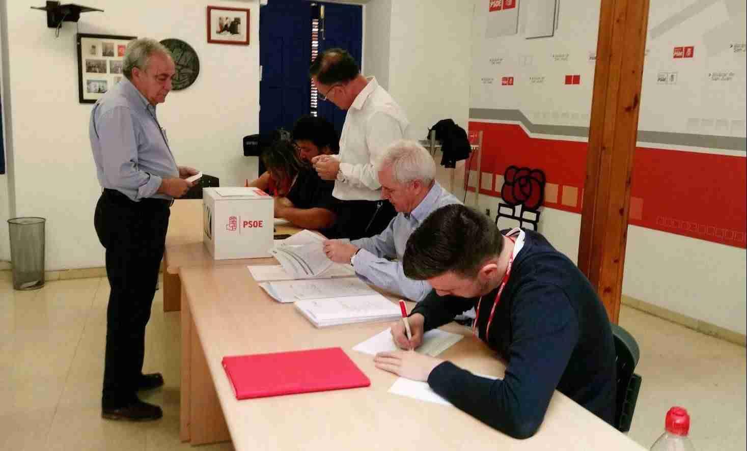 votacion primarias psoe alcazar 1 - PSOE de Alcázar participa activamente en las Primarias del partido