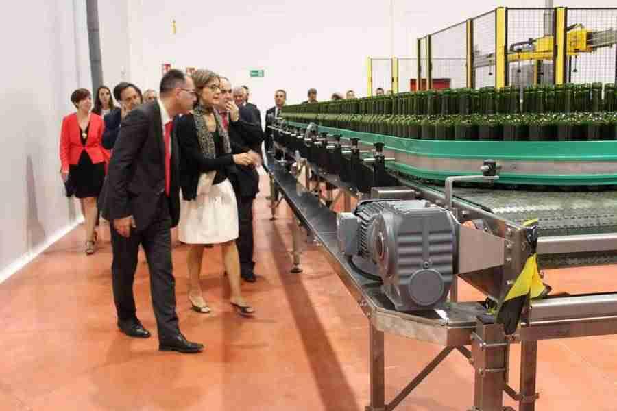 0 8397 1 - DCOOP Baco inaugura en Alcázar de San Juan su nueva embotelladora