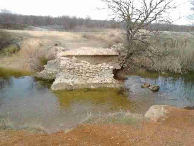 Puente desaparecido sobre el río Gigüela. Foto extraída de la web www.anaplata24.blogspot.com