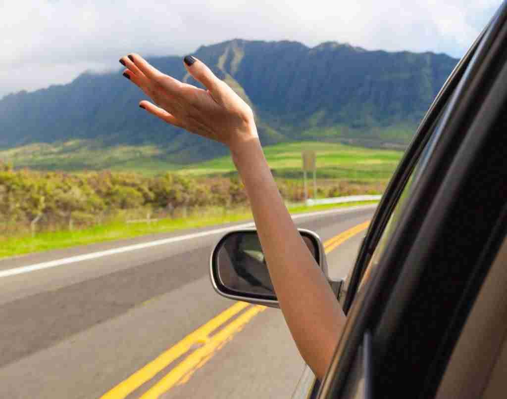 Conducir con el brazo o codo fuera es motivo de multa