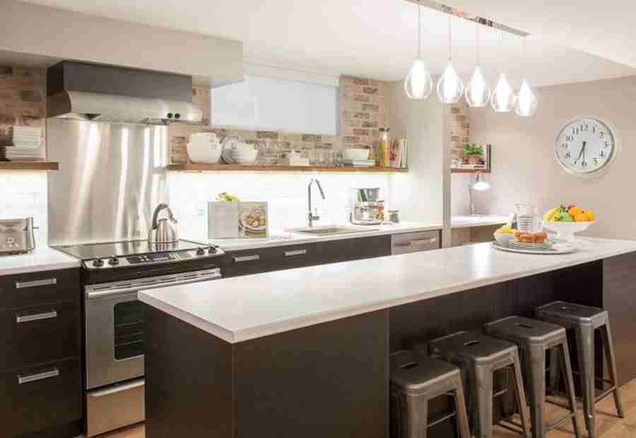 puedes optar por poner un foco o dos en el techo y buna lmpara sobre la mesa de comedor para iluminar la encimera instala tiras de luces