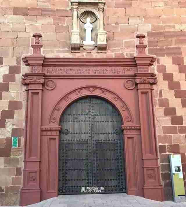 Pórtico de iglesia San Francisco Alcázar pintado en rojo