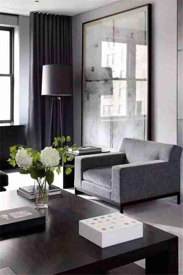 cortinas en el salón en tonos oscuros