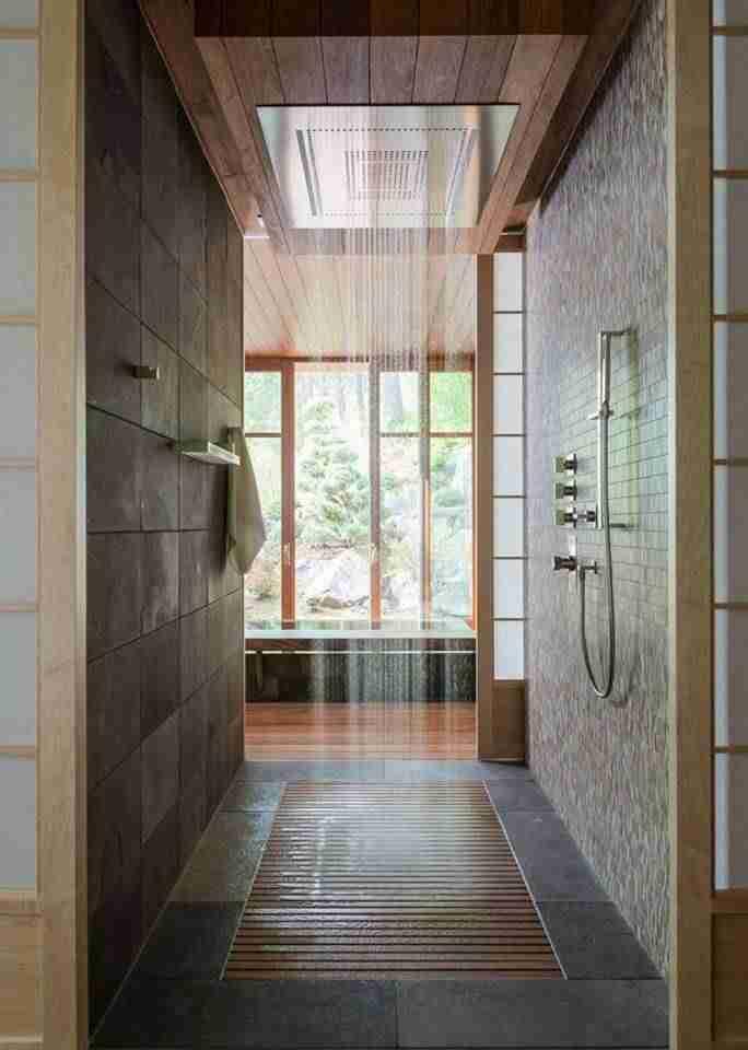 ducha tipo lluvia con suelo de madera