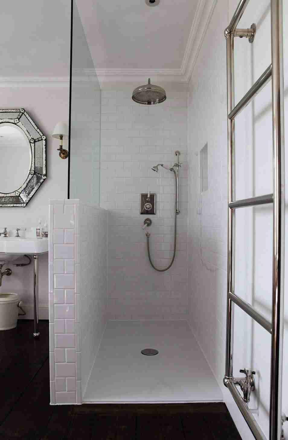 ducha tipo lluvia en baño blanco