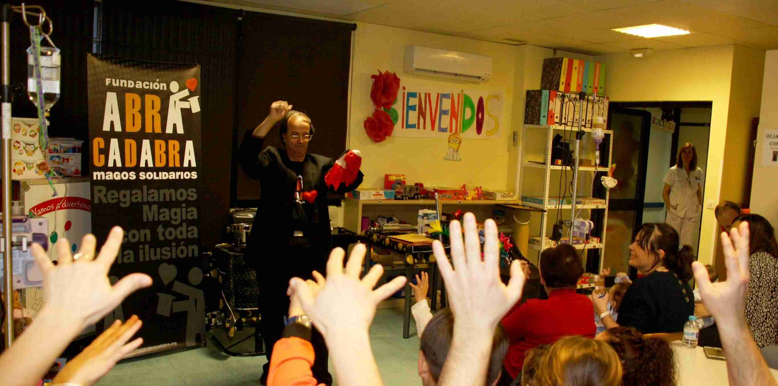 La Fundación Abracadabra llevan magia, alegría e ilusión a los pacientes y familiares del Hospital Mancha Centro 1