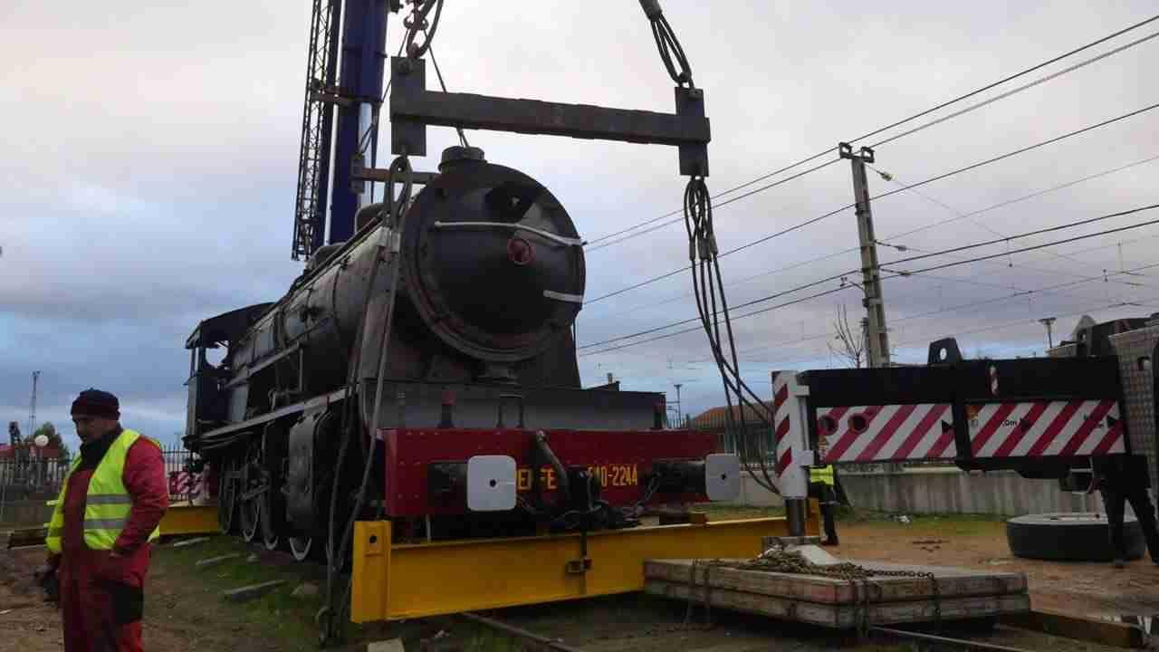 Así fue el traslado de la gran locomotora a la rotonda 2