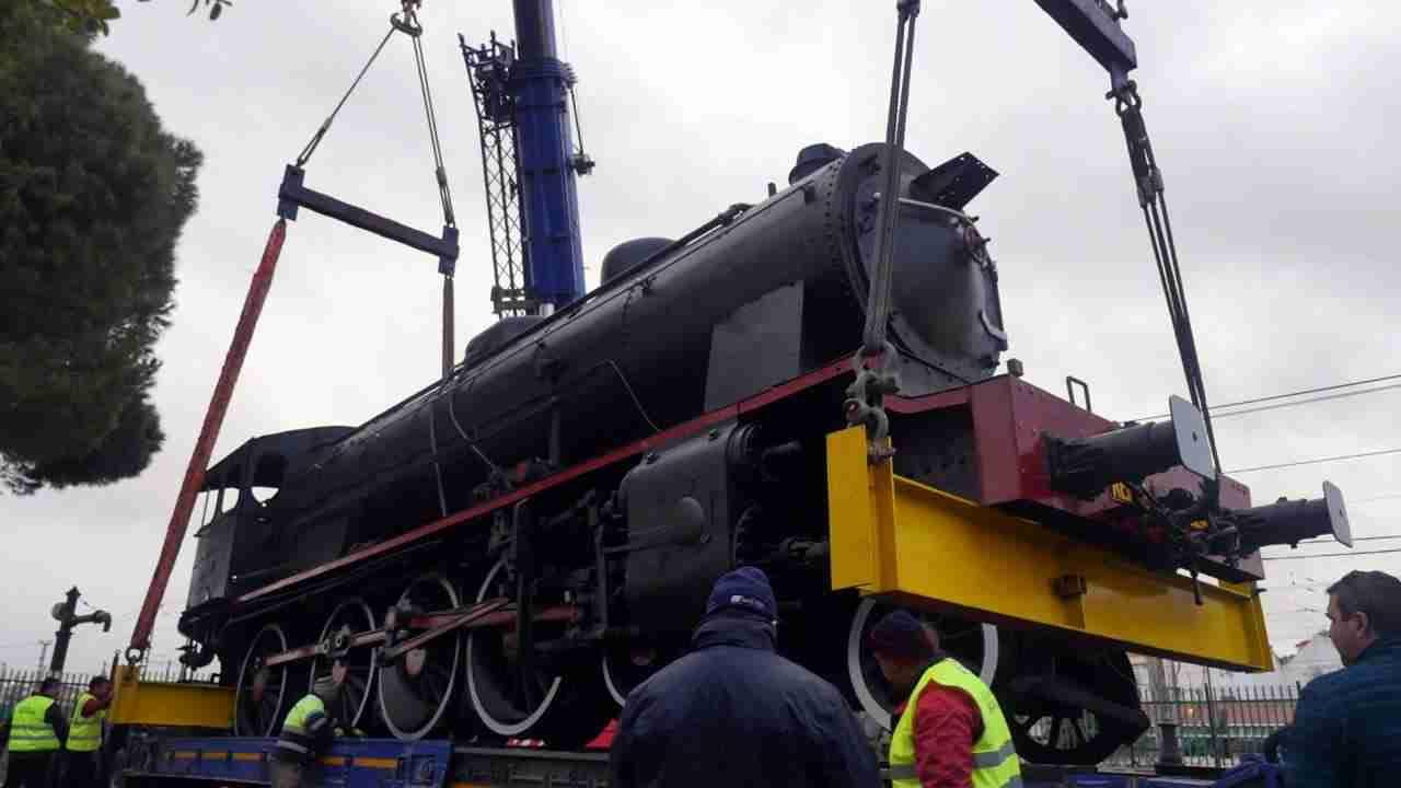Así fue el traslado de la gran locomotora a la rotonda 3