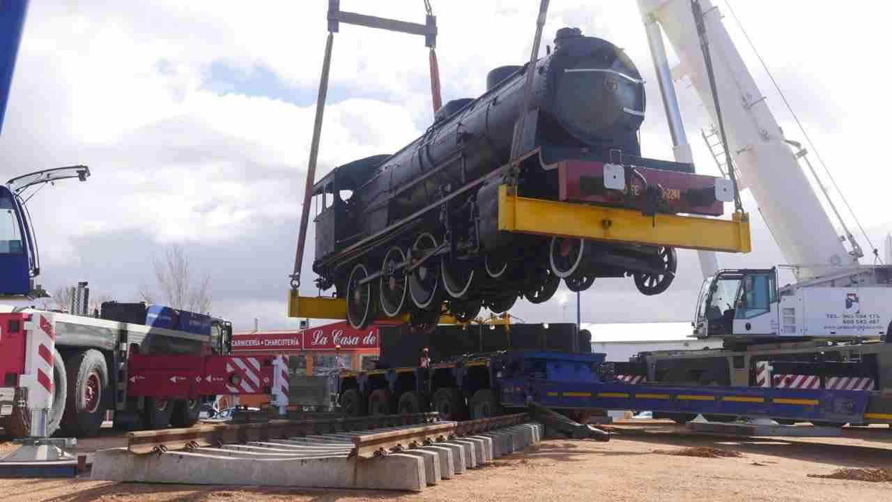 Así fue el traslado de la gran locomotora a la rotonda 4