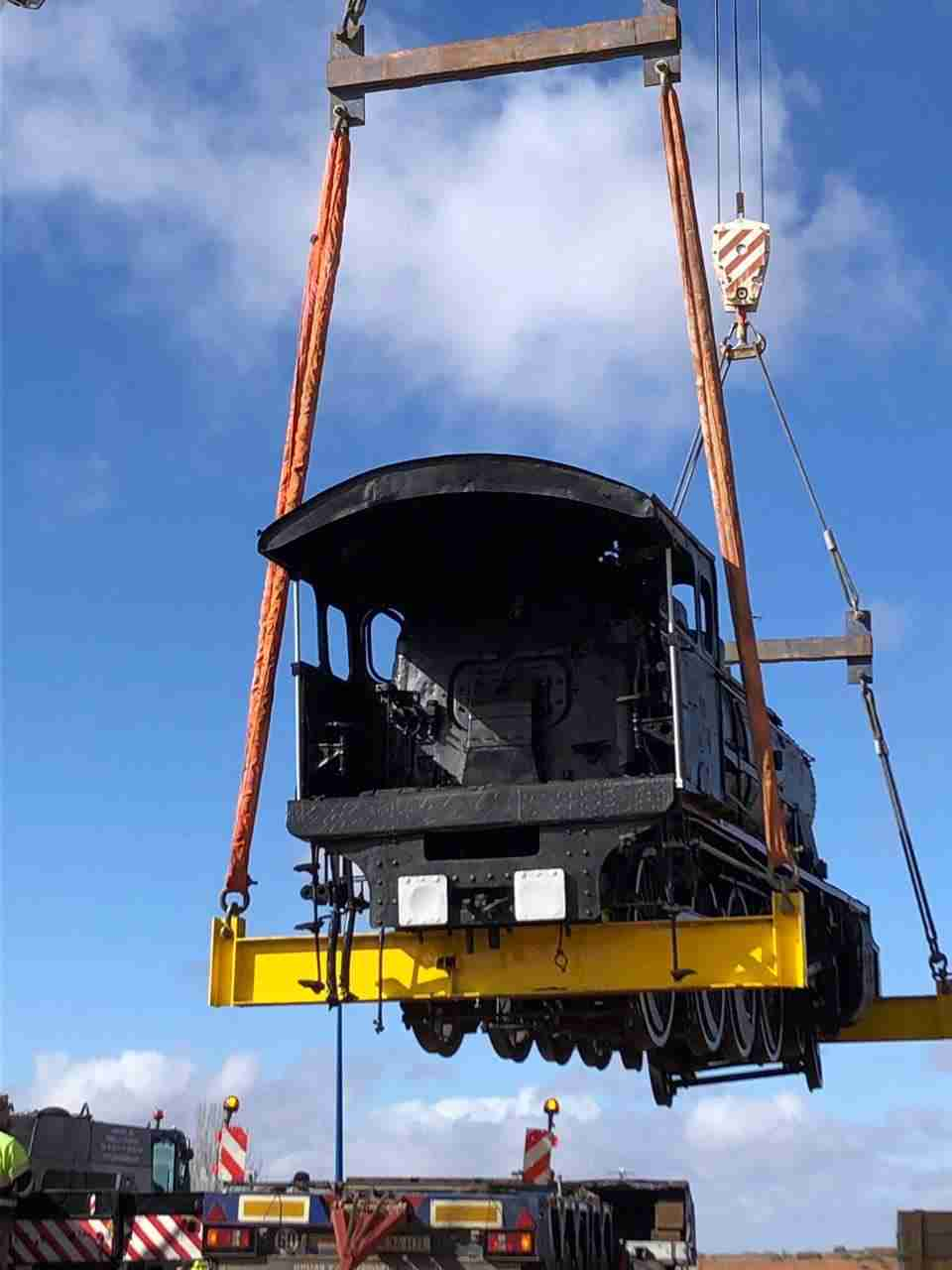 Así fue el traslado de la gran locomotora a la rotonda 6
