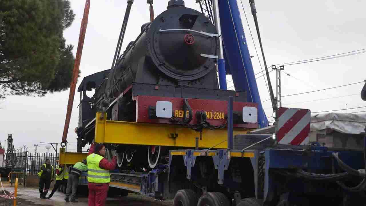Así fue el traslado de la gran locomotora a la rotonda 7