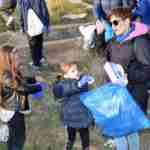 Los niños y niñas de la Pequeteca y de la Ludoteca plantan cerca de un centenar de encinas 6
