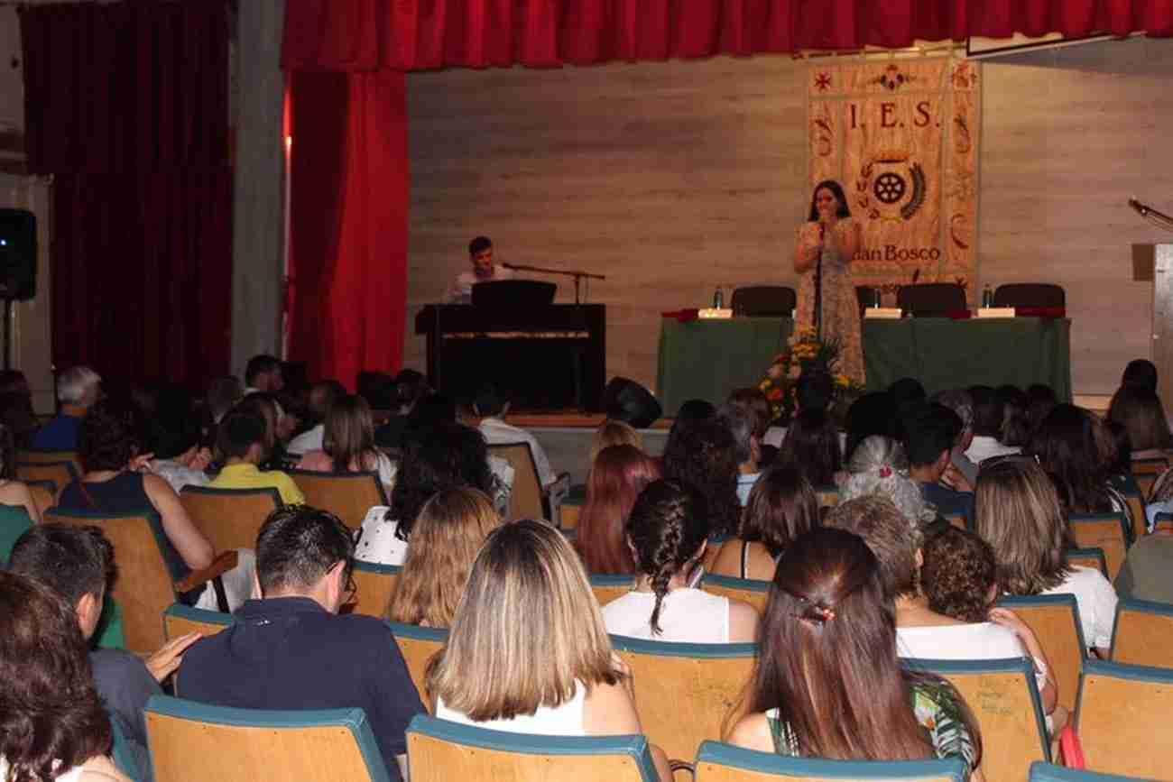 El IES Juan Bosco de Alcázar despide el curso con la imposición de becas a los graduados 2