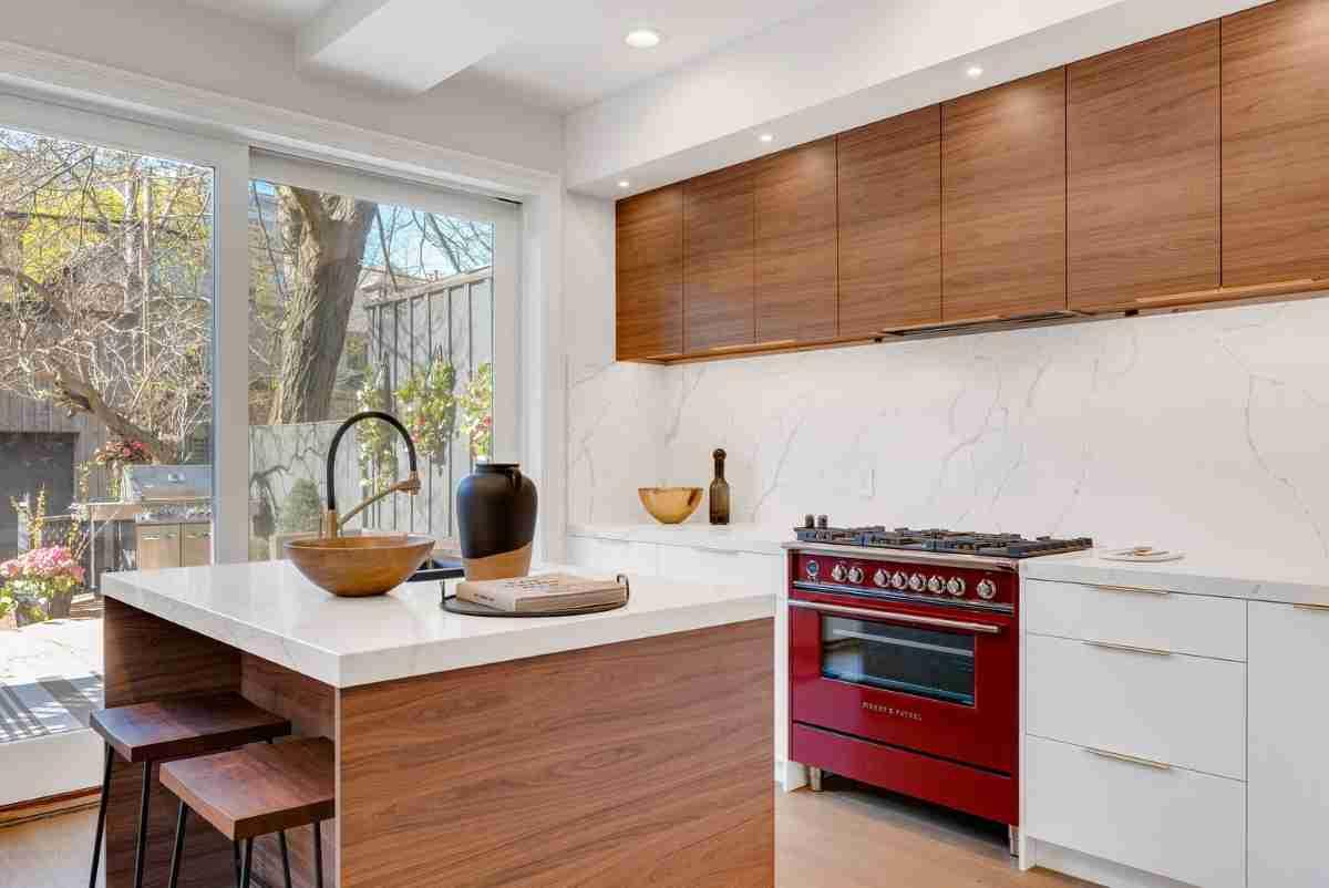 cocina ultramoderna con detalles madera