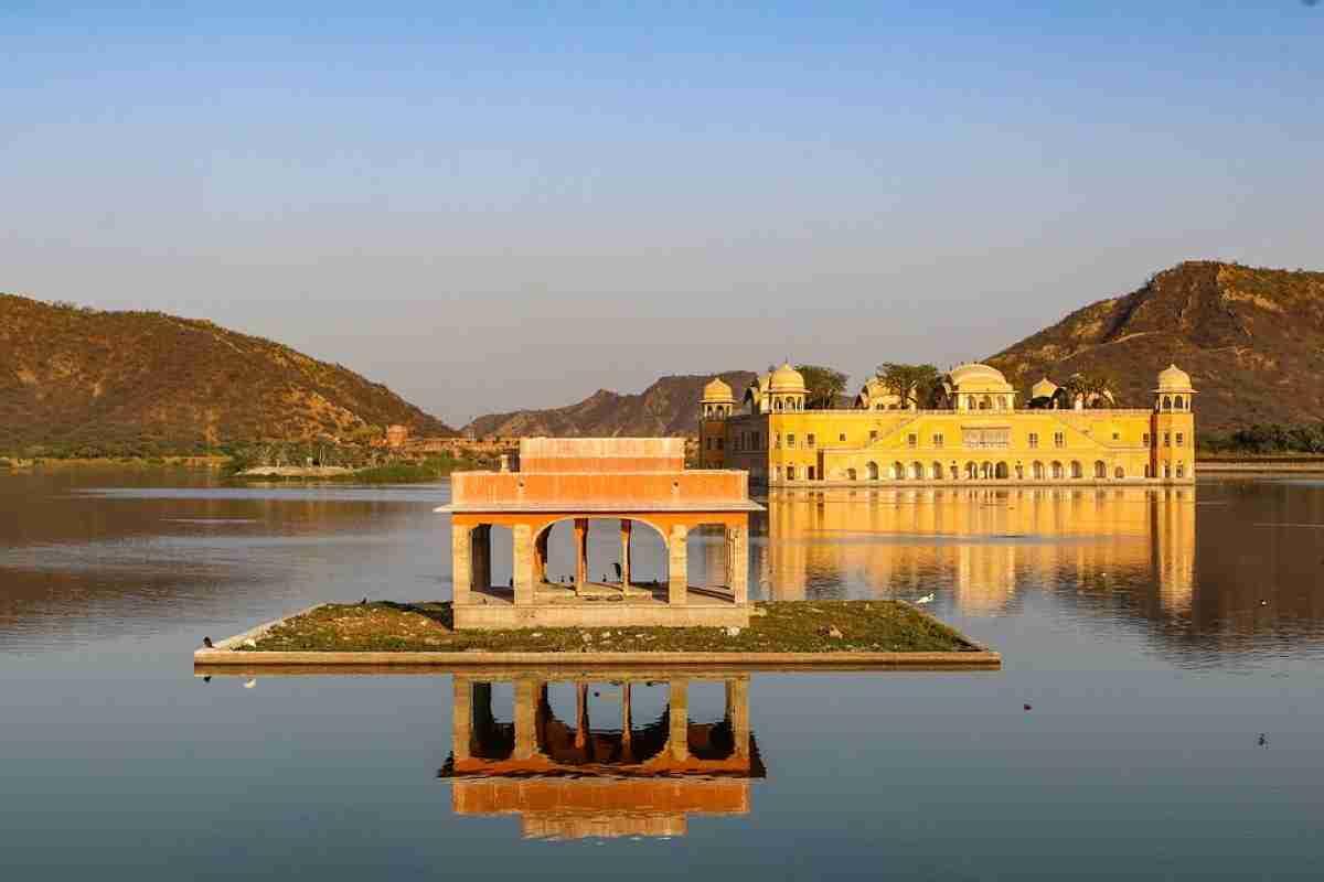 palacio del agua en la ciudad fortificada de jaipur india