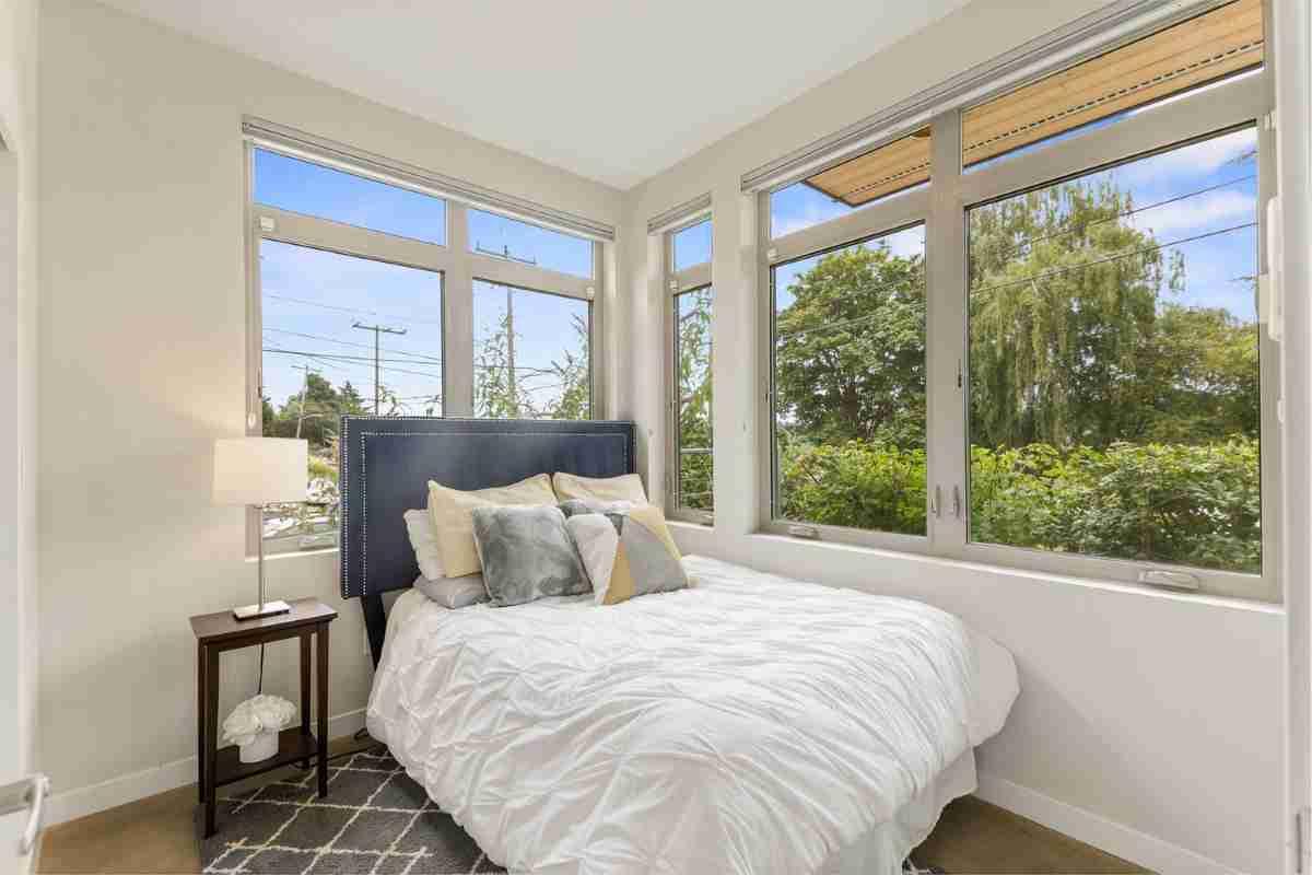 mini dormitorio con ventanas