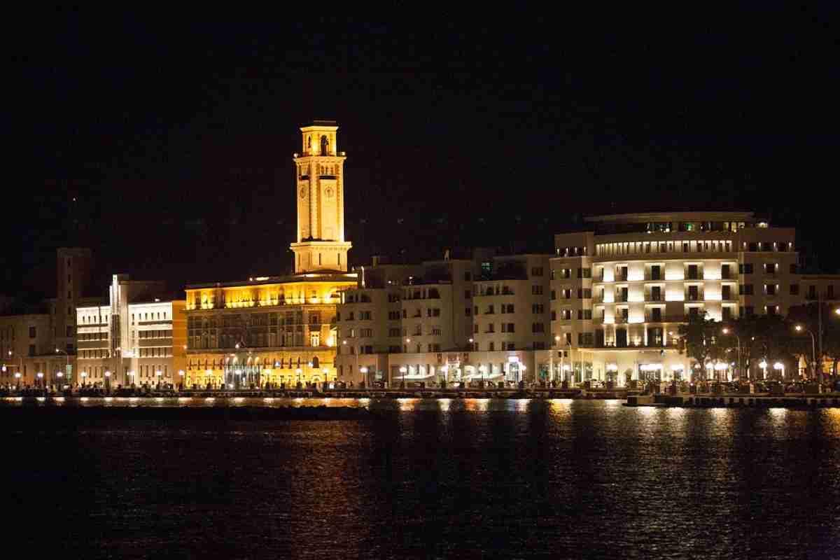 vista nocturna de la ciudad de bari en italia