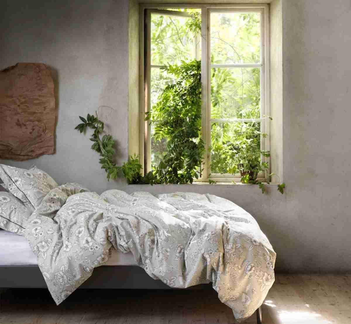 dormitorio con estampado floral de ikea