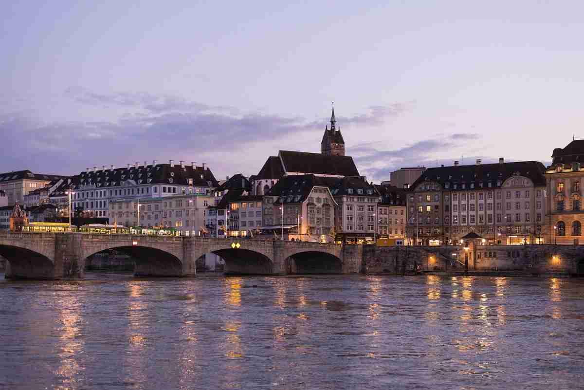 vista nocturna de la ciudad de basilea en suiza