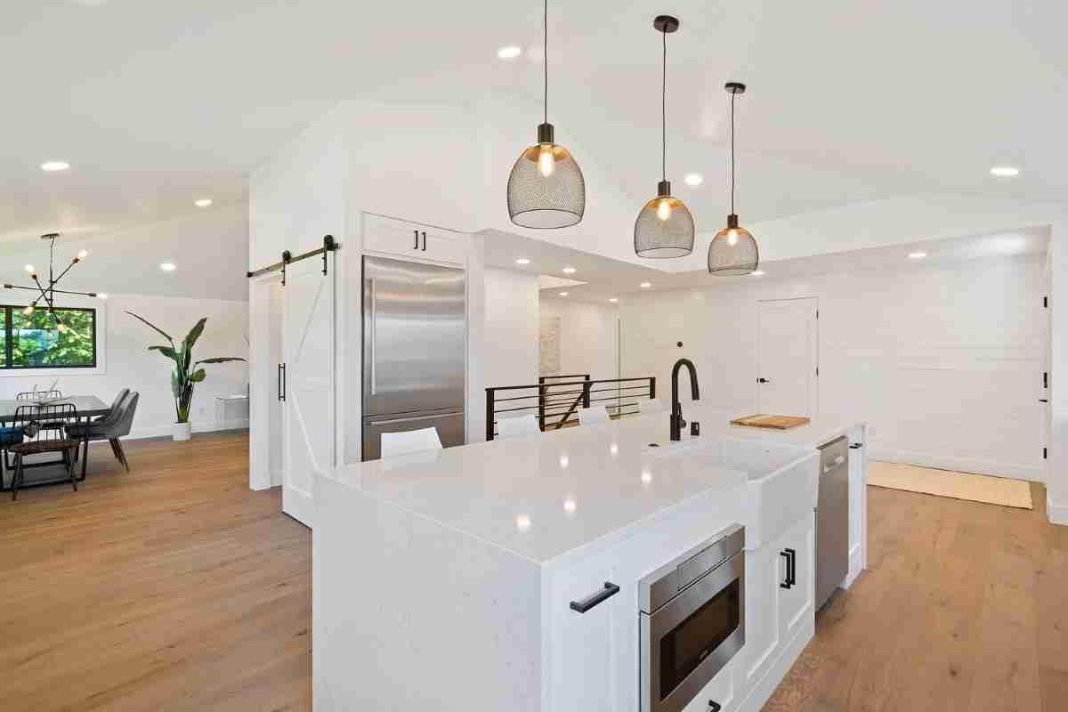 una cocina con suelos laminados