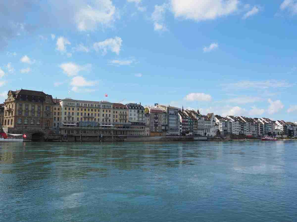 la ciudad de basilea vista desde el Rin