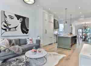 sofa color gris en salon familiar