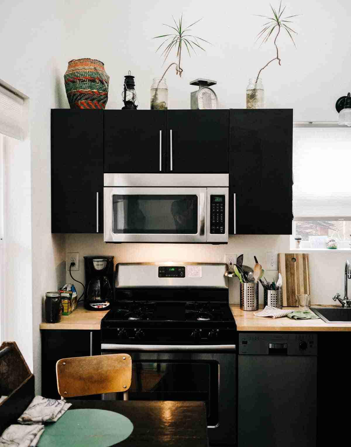 blanco y negro para decorar una cocina pequena