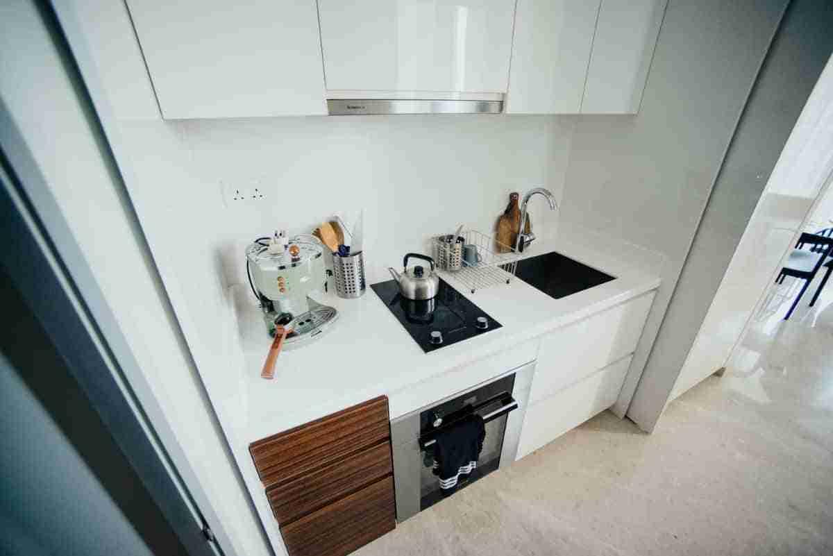 decoracion de una cocina en color blanco y negro