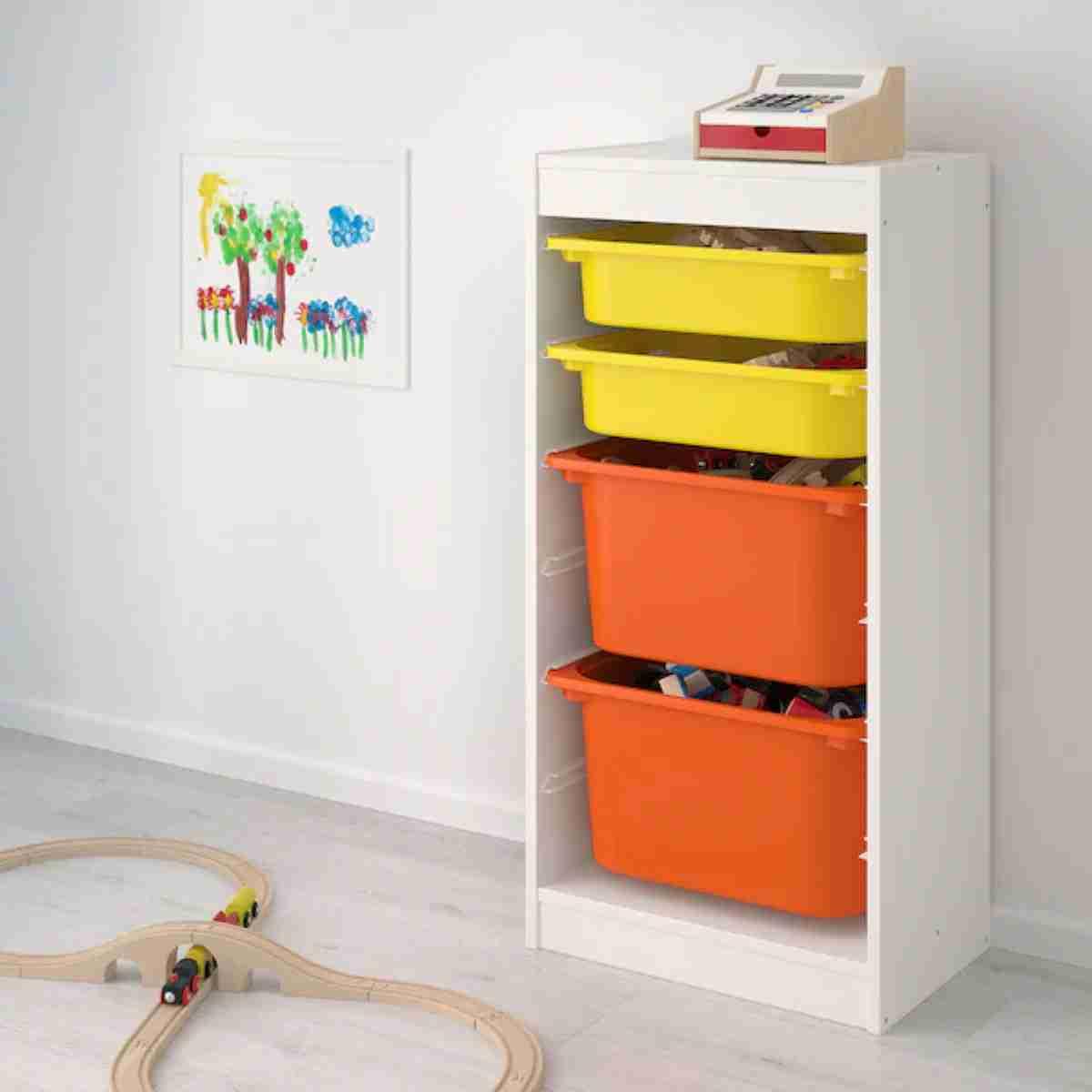 un organizador de juguetes vertical
