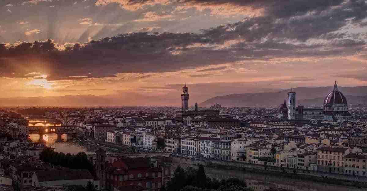 puesta de sol en la ciudad italiana de florencia