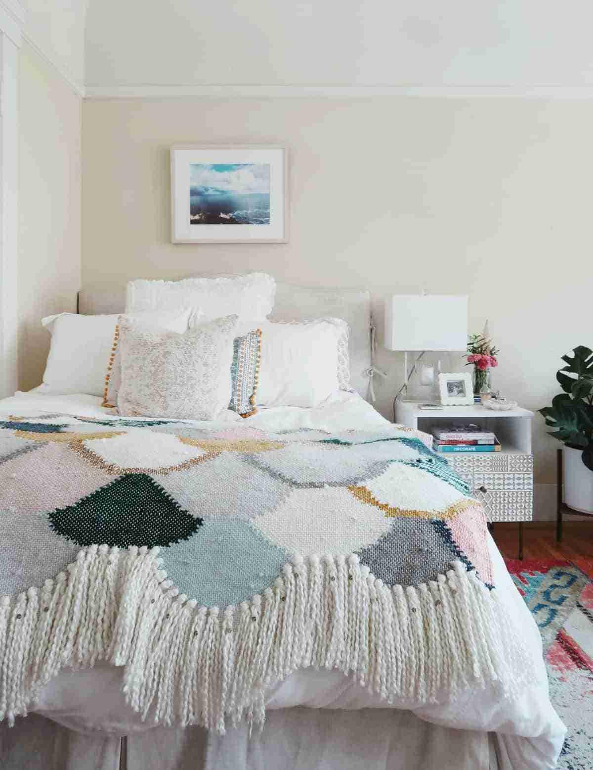 sencillez orden y personalidad para un dormitorio femenino