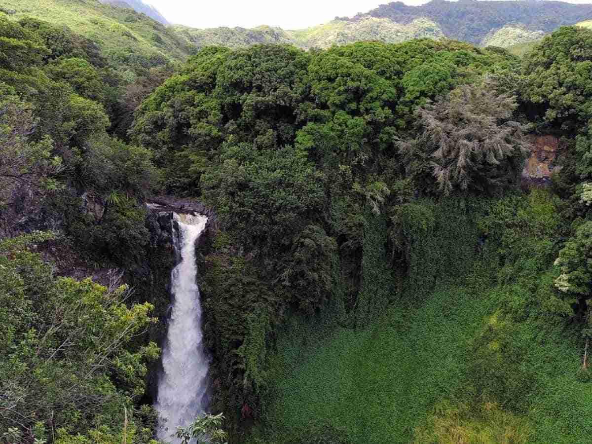 cascada en la isla de maui