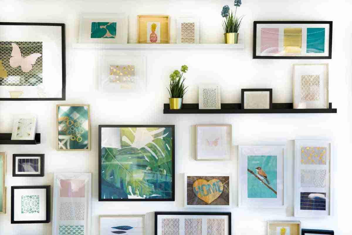 cuadros y repisas para decorar paredes