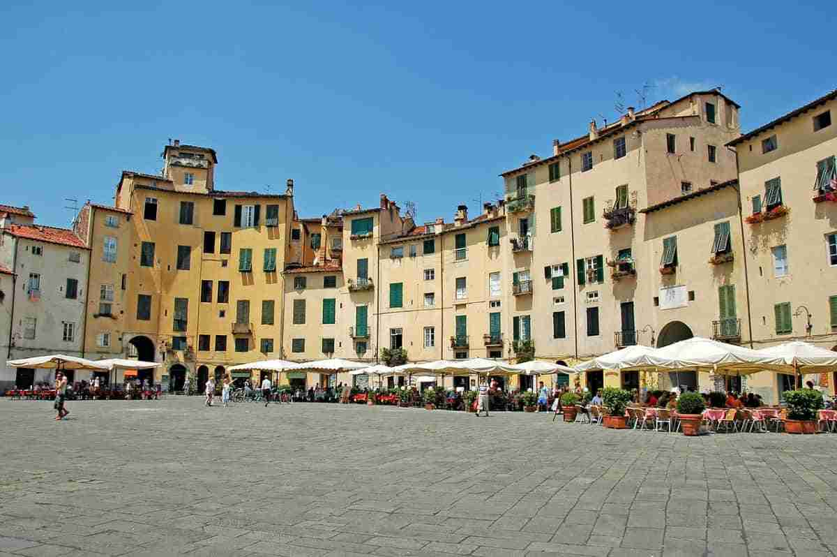 plaza del anfiteatro en luca italia