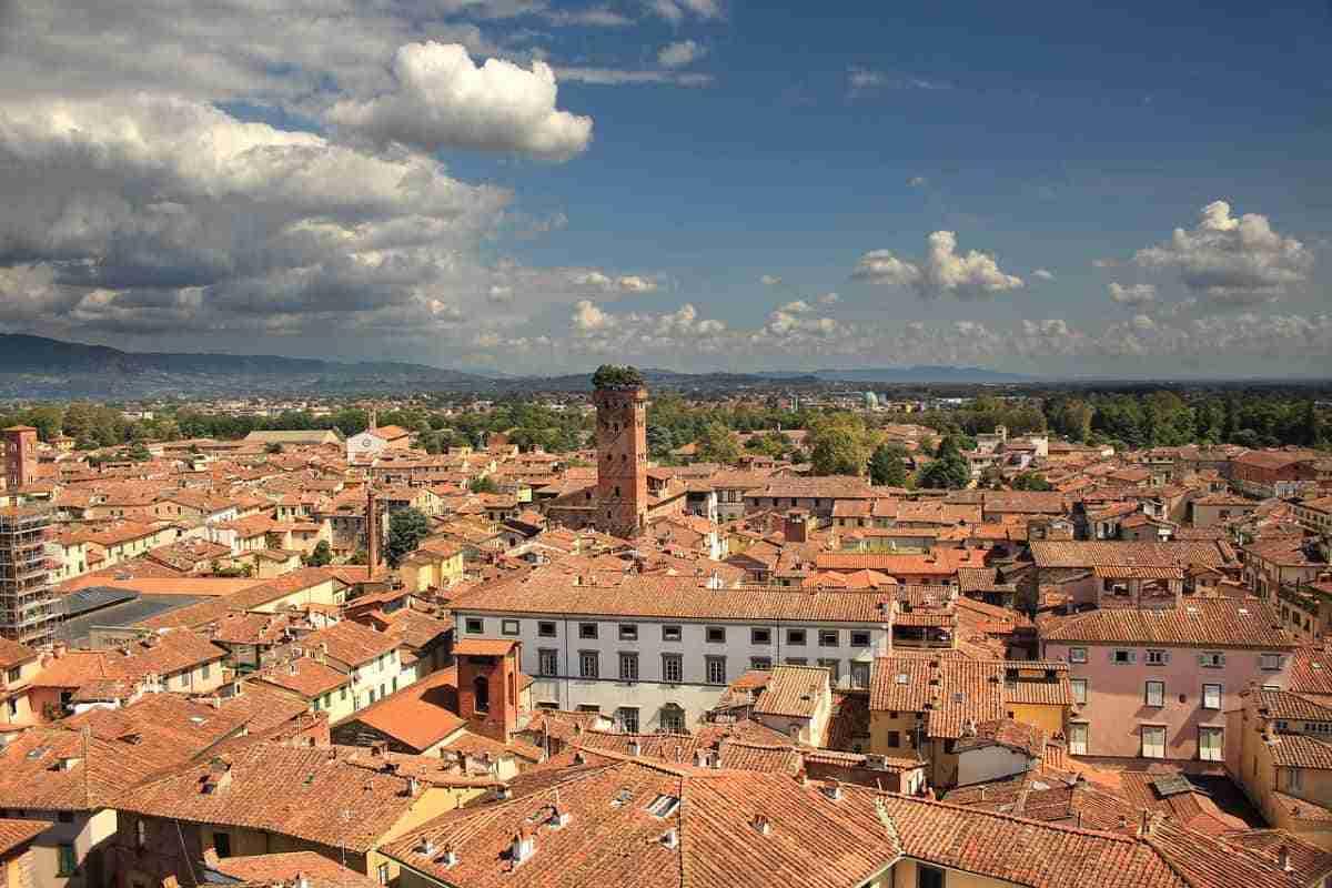 vista de la ciudad de luca italia