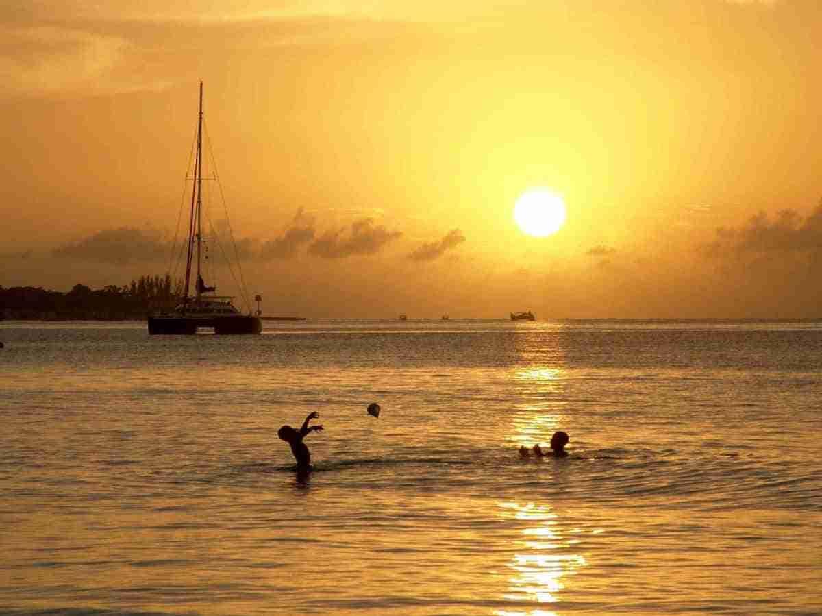 un atardecer en la isla de jamaica