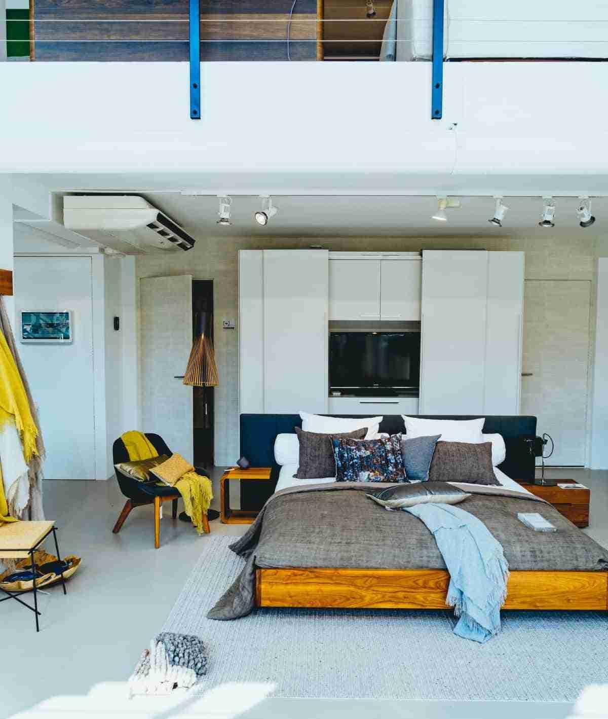 moderno dormitorio con camas al ras del suelo