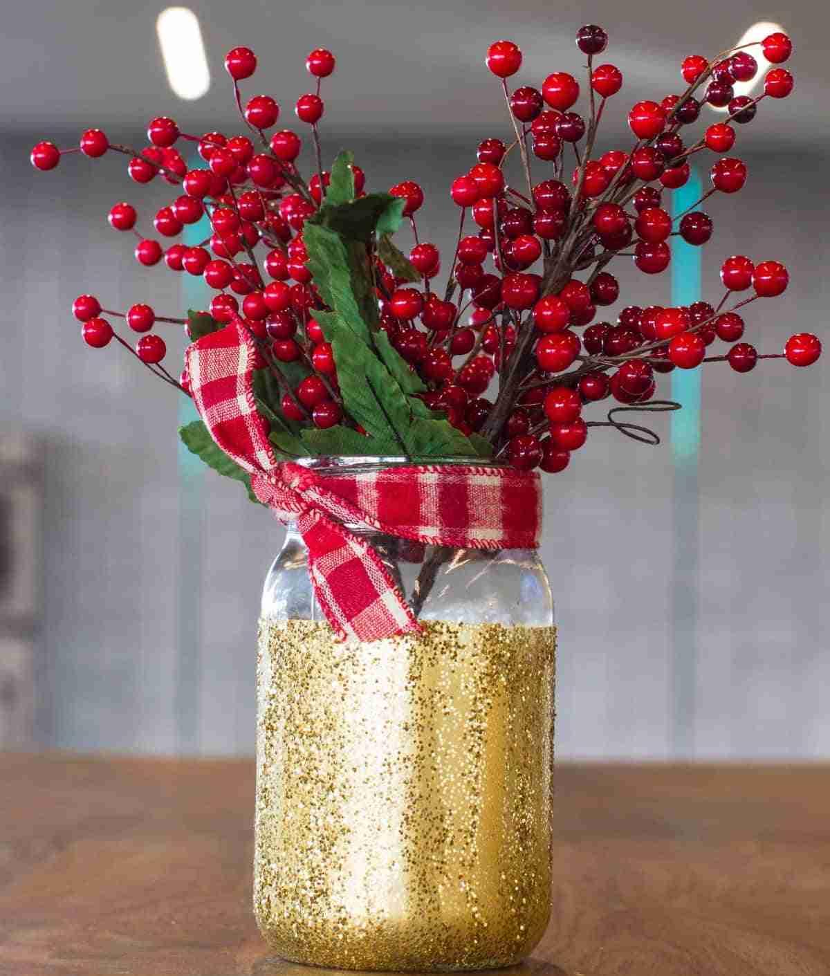 tarro con muerdago para centro de mesa navideno