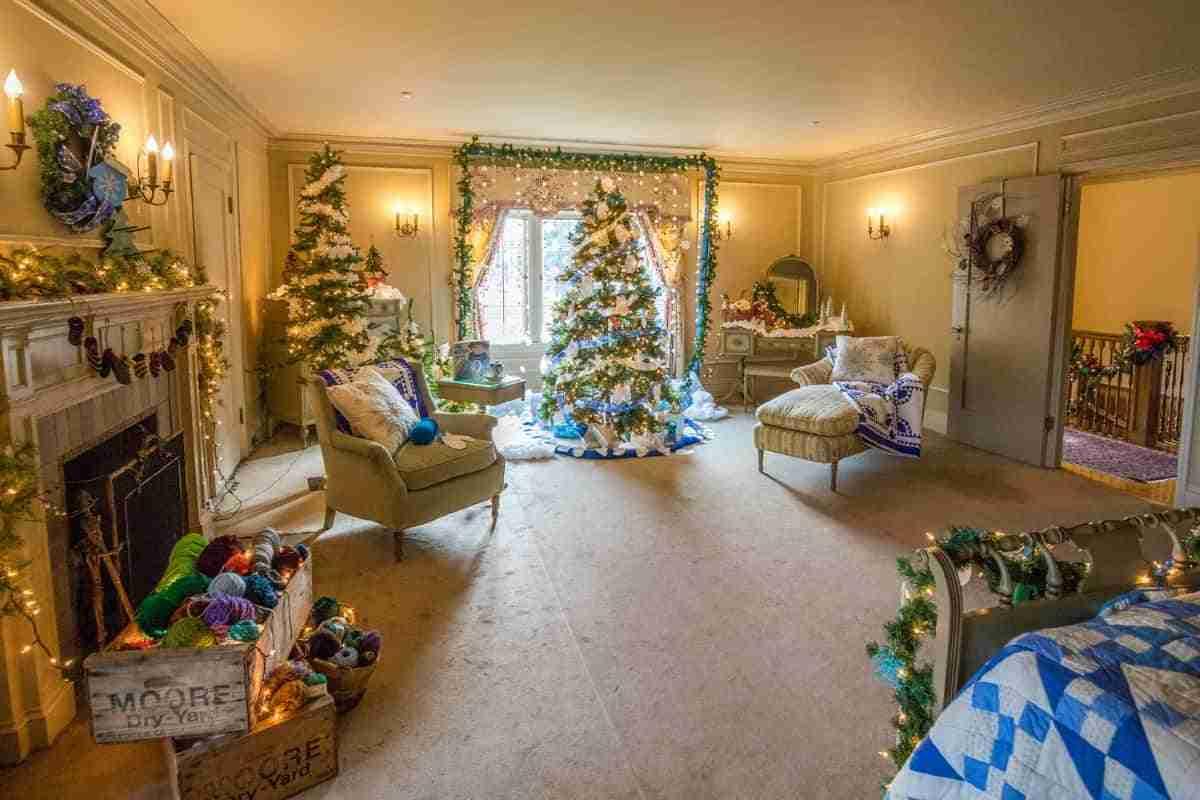 dormitorio con arboles navidenos