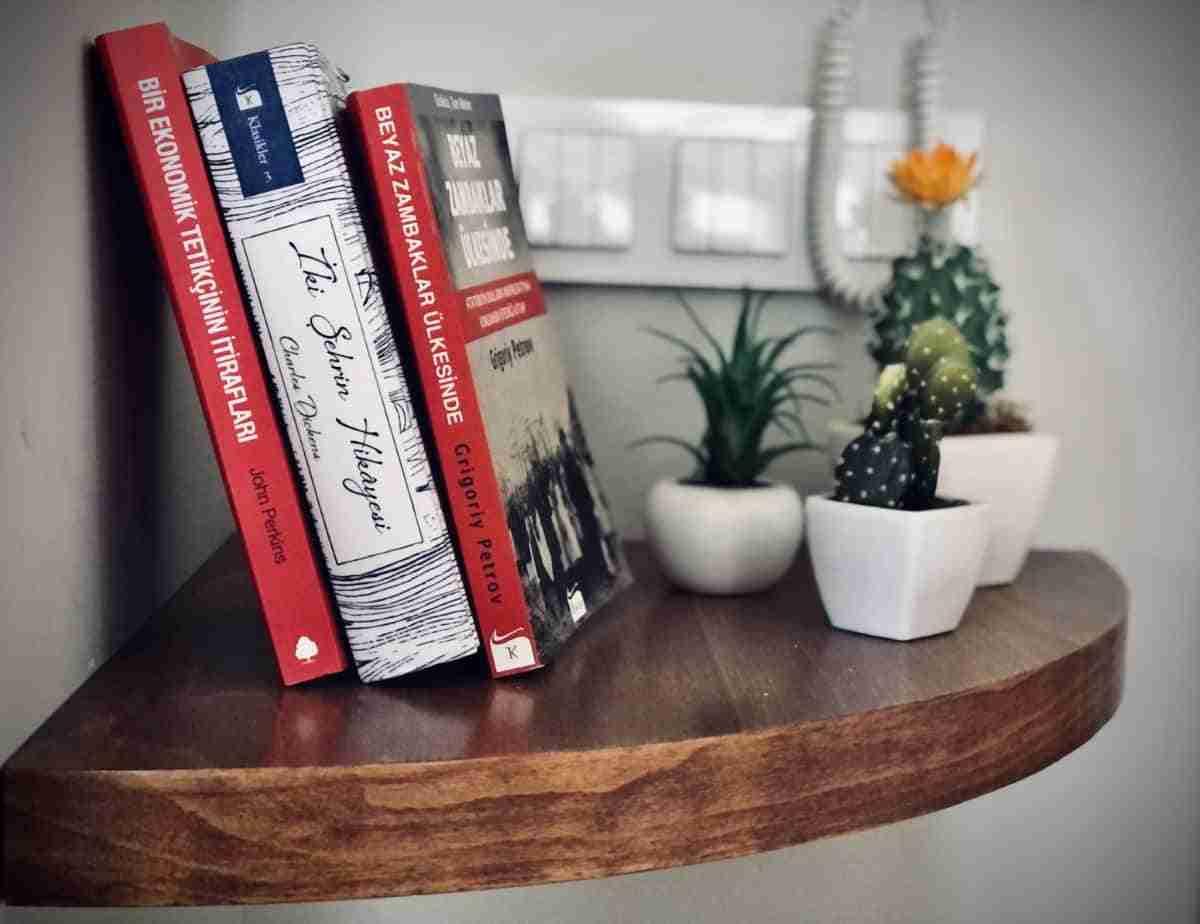 repisa con libros