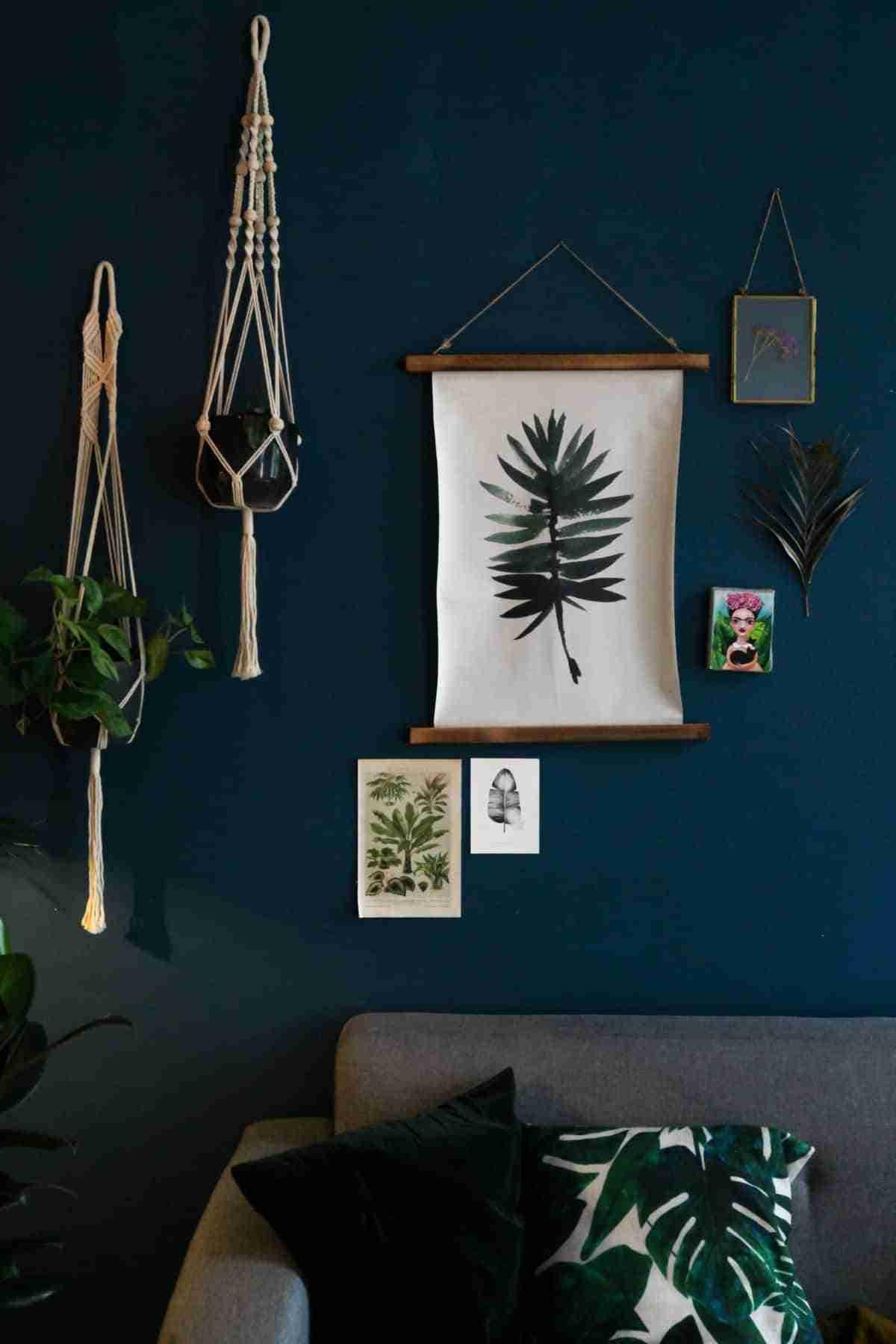 pared con cuadros de hojas