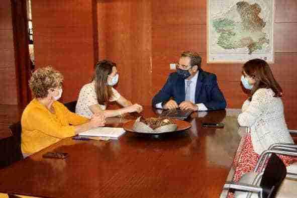 Castilla-La Mancha y la Fundación Aladina firman un convenio para apoyar la humanización que se presta a los menores diagnosticados de cáncer y a sus familiares