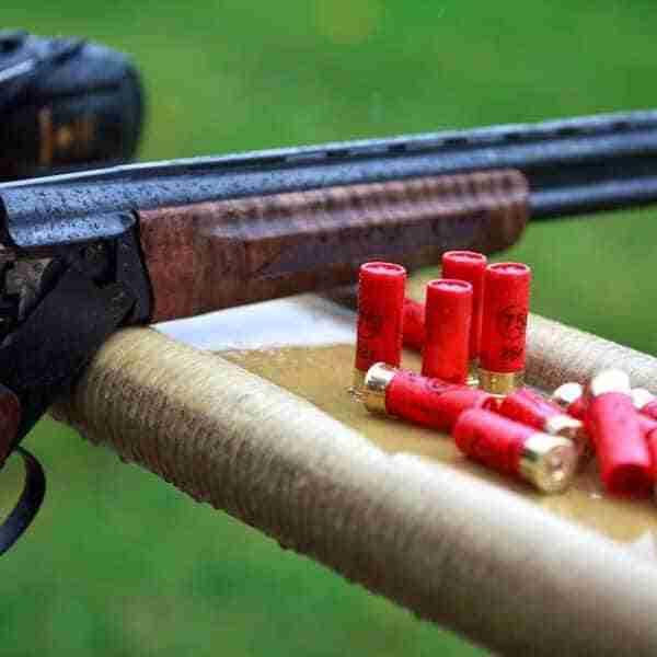 Cazador herido por un disparo accidental en una pierna con su escopeta